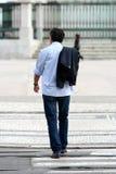 Kühler Mann, der in die Straße geht Lizenzfreie Stockbilder