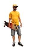 Kühler Mann, der ein longboard hält Stockbild