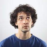Kühler Mann, der oben Porträt schaut Lizenzfreie Stockfotos