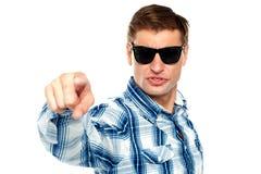 Kühler moderner Kerl, der auf Sie zeigt Stockfotografie