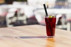 Kühler roter Tee mit Minze und Eis Stockfoto