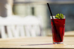 Kühler roter Tee mit Minze und Eis Stockfotografie
