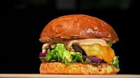 Kühler schöner frischer saftiger gekochter Burger drehen sich auf Drehscheibe Sehr köstliches Luftbrötchen und gemarmortes Rindfl stock video