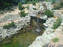 Kühler Steinwasserfall Stockfotografie