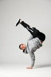 Kühler Tänzer, der über grauem Hintergrund aufwirft Stockfotos