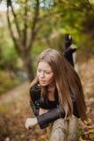 Kühles blondes Mädchen an einem Herbsttag Lizenzfreies Stockfoto