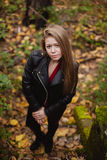 Kühles blondes Mädchen an einem Herbsttag Lizenzfreie Stockfotos