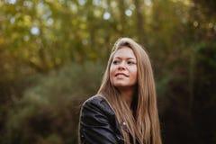 Kühles blondes Mädchen an einem Herbsttag Stockfotos