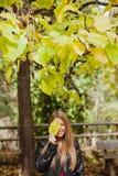 Kühles blondes Mädchen an einem Herbsttag Stockfoto