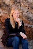 Kühles blondes Mädchen im Freien Stockfotos