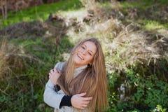 Kühles blondes Mädchen mit einem schönen Haar Stockfotografie