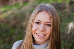 Kühles blondes Mädchen mit einem schönen Haar Stockfotos