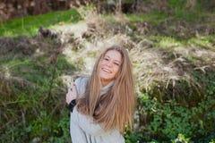 Kühles blondes Mädchen mit einem schönen Haar Stockfoto