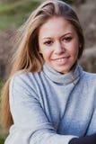 Kühles blondes Mädchen mit einem schönen Haar Lizenzfreie Stockfotografie