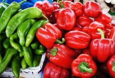 Kühles Frischgemüse des roten Pfeffers und des grünen Pfeffers Stockfotografie