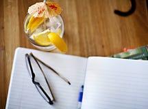 Kühles Getränk und ein Notizbuch stockfoto