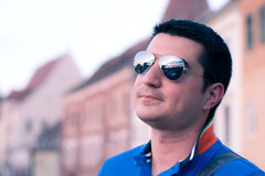 Kühles junges Laufstück mit Sonnenbrillen Lizenzfreies Stockfoto