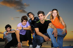 Kühles junges Team, das draußen aufwirft lizenzfreies stockfoto