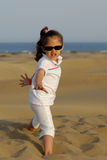 Kühles Kind in der Wüste Stockfotos