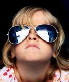 Kühles Kind mit Sonnenbrillen Stockfotos