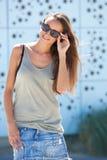 Kühles Lächeln der jungen Frau Lizenzfreie Stockfotos