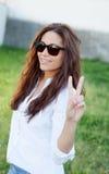 Kühles Mädchen des Brunette mit Sonnenbrille Stockfotos