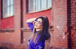 Kühles Mädchen in einem blauen Hoodie Lizenzfreies Stockbild
