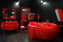 Kühles rotes Badezimmer Stockbilder