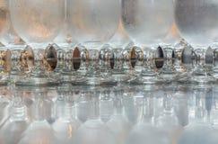Kühles trinkendes watter mit Glasschatten Stockfotografie