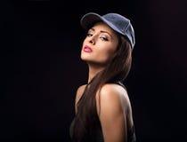 Kühles vorbildliches Profil des sexy jungen Makes-up in der blauen Baseballmütze mit Stockbilder