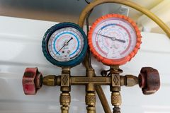 """Kühlmittelmessgeräte, Messausrüstung für forschen und Brennstoffaufnahme von Klimaanlagen nach Druckmessung †""""Manometer stockfotos"""