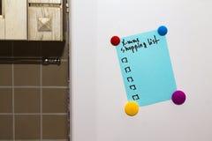 Kühlschrankanmerkungs-Weihnachtseinkaufsliste Stockfoto