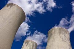 Kühltürme eines Atomkraftwerks lizenzfreie stockfotos