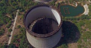 Kühlturm unfertiges srade des Atomkraftwerks Tschornobyls (von der Luft) stock footage