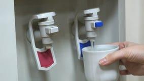 Kühlvorrichtung des heißen und kühlen Trinkwassers stock footage