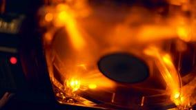 Kühlvorrichtung mit orange Hintergrundbeleuchtungsarbeiten in der Dunkelheit nahaufnahme stock footage