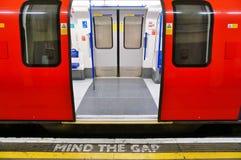 Kümmern Sie sich das um Abstandszeichen auf der Plattform im London-Untergrund Lizenzfreie Stockfotos