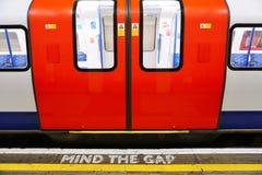 Kümmern Sie sich das um Abstandszeichen auf der Plattform im London-Untergrund Stockfotos
