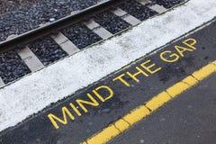 Kümmern Sie sich das um Gap-Zeichen Stockbilder