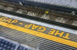 Kümmern Sie sich den um Abstand unterzeichnen herein London-U-Bahn Stockbilder
