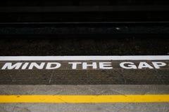 Kümmern Sie sich den um Abstandsalarm Bahnstation in England Lizenzfreie Stockfotografie