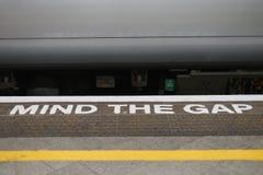 Kümmern Sie sich den um Abstandsalarm Bahnstation in England Stockfotos