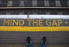 Kümmern Sie sich um Gap auf einer London-Untertageplattform Lizenzfreies Stockbild
