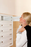 Kümmernde Post der Frau im Briefkasten Lizenzfreies Stockfoto