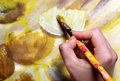 Künstler übergeben mit Malerpinsel Lizenzfreie Stockfotos