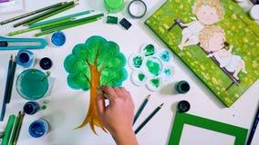 Künstler übergibt Zeichnungsbaum Tag der Erde, Ökologiekonzept stock video