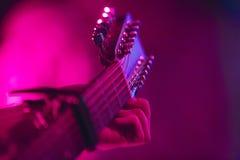 Künstler abstimmende Akustikgitarre mit sechs Schnüren Stockbild