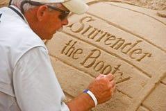 Künstler arbeitet an Strand Stockbilder