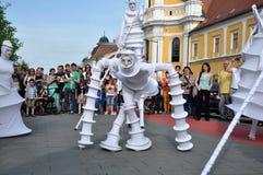 Künstler auf Stelzen, Straßentheater Lizenzfreies Stockbild