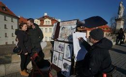 Künstler bei der Arbeit bei historischen Charles Bridge in Prag, Tschechische Republik Lizenzfreie Stockfotografie